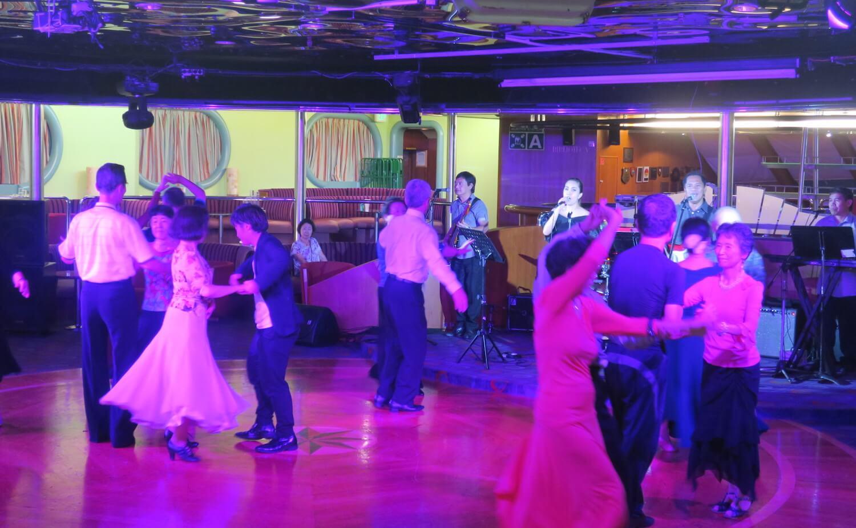 生バンドによる社交ダンス